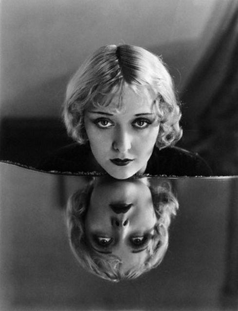 1000 images about unheimlich mirror mirror on pinterest for Miroir noir film