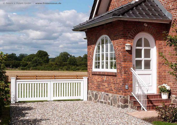 Norddeutsche Idylle - Das wunderschöne alte Backsteinhaus wird durch das nostalgische Gartentor  OHLAND von Peters + Peters optimal ergänzt. Mehr Information über die nach Maß gefertigten Holztore finden Sie auf der Webseite des Herstellers: www.friesenzaun.de