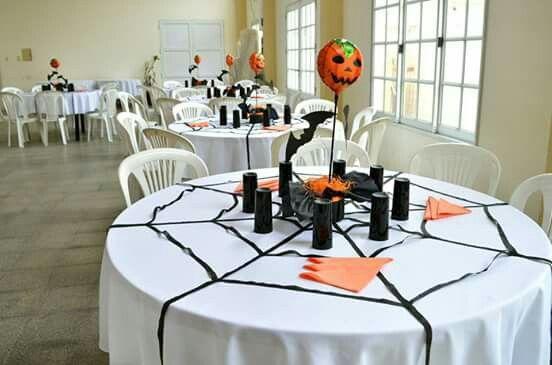 Decoración mesas cumpleaños #Halloween #telaraña #calabaza