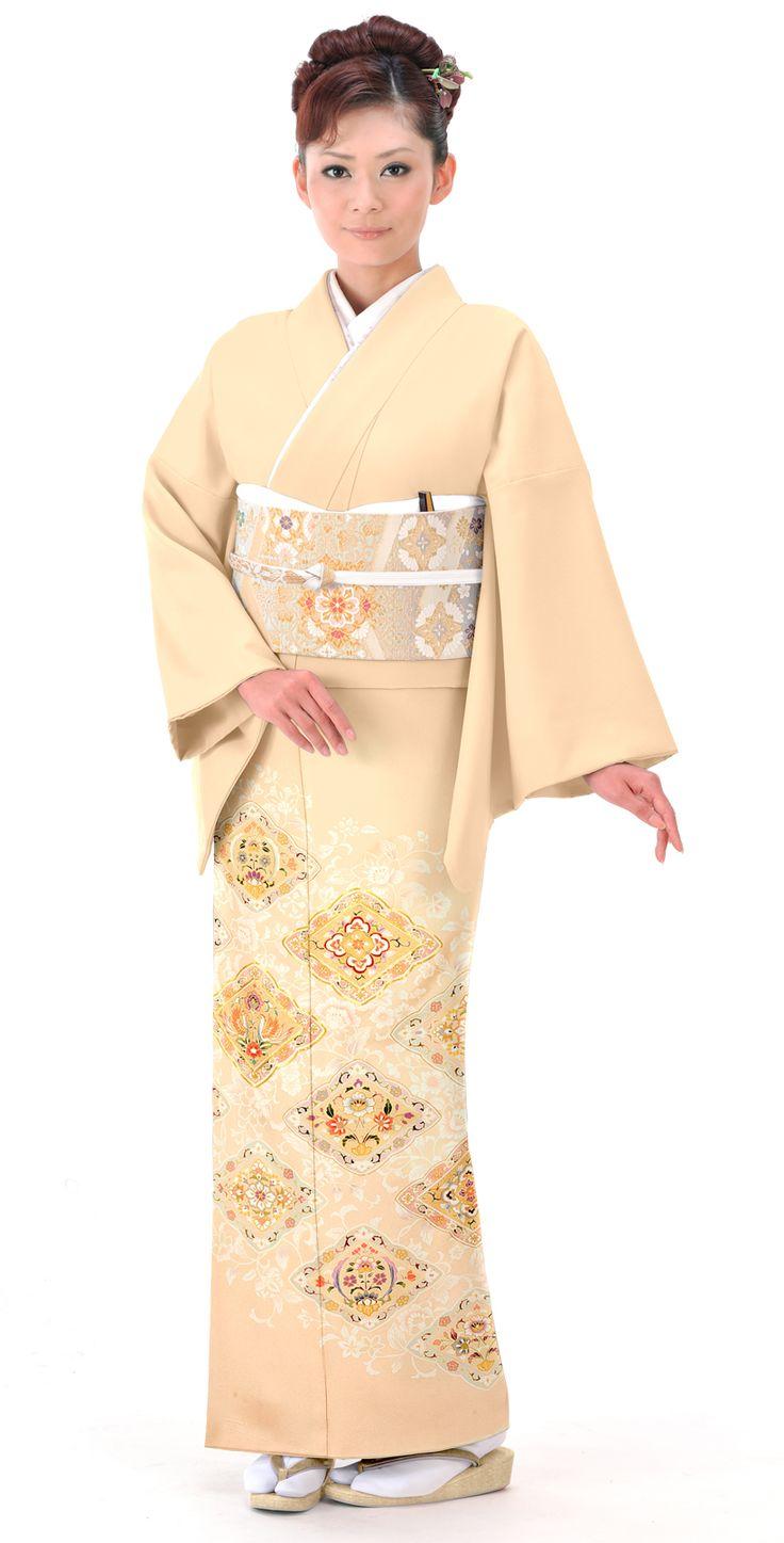 ベージュに唐花に幸菱がおしゃれな色留袖。結婚式にぴったりの色振袖まとめ。ウェディング・ブライダルの参考に