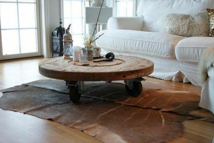 exemple de touret table basse à roulettes dans un salon style scandinave, canapé blanc, tapis en cuir