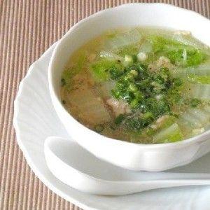 お湯に材料を入れて煮るだけの簡単スープ。鶏挽肉の優しい旨みで出汁いらず☆  焼餅を入れれば軽食に♪