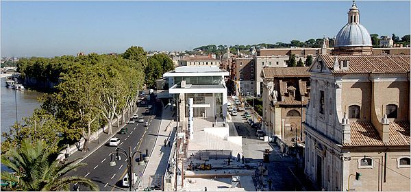 The Ara Pacis Museum, in the center, designed by Richard Meier to protect and distinguish, stands next to the Piazza Augusto Imperatore.