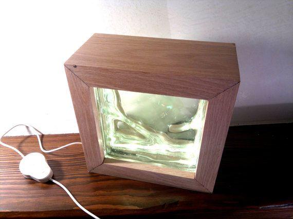 Lampada da tavolo a led multicolor in legno di rovere  Misure in cm.: L 22 H 22 P 11 ( inc. W 8,6 H 8,6 D 4,3 )  Il legno di rovere al naturale è stato trattato con vernice all acqua trasparente opaca Le mattonelle di vetrocemento inserite nella lampada sono materiale recuperato. Le luci a led utilizzate sono PHILIPS LIGHTSTRIPS a 7 colori selezionabili dallinterruttore di accensione ( bianco, giallo, azzurro, blu, giallo, verde, rosso e multicolor ) assemblate dalla casa produttrice…