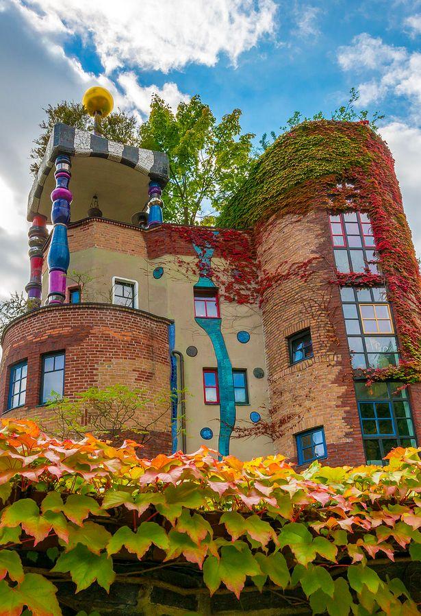 Hundertwasserhaus, Bad Soden bei Frankfurt, Deutschland • Architekt: Friedensreich Hundertwasser • photo: Wolfgang Maennel on Wikipedia