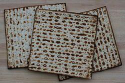 """La Matzá (también conocida como Matzoh) es un pan ázimo (plano) tradicional de la comida Judía, elaborado con harina y agua. Esta es la comida """"oficial"""" del Pésaj (Pascua judía). Entre los estatutos que Dios mandó a Israel cuando poseyeran la tierra prometida a sus padres estaba el celebrar la fiesta de los panes sin levadura la cual es de 7 días empezando el 15 del mes primero de Israel (que es abril) y era después de celebrar la Pascua en la cual se comía un cordero con panes sin levadura…"""