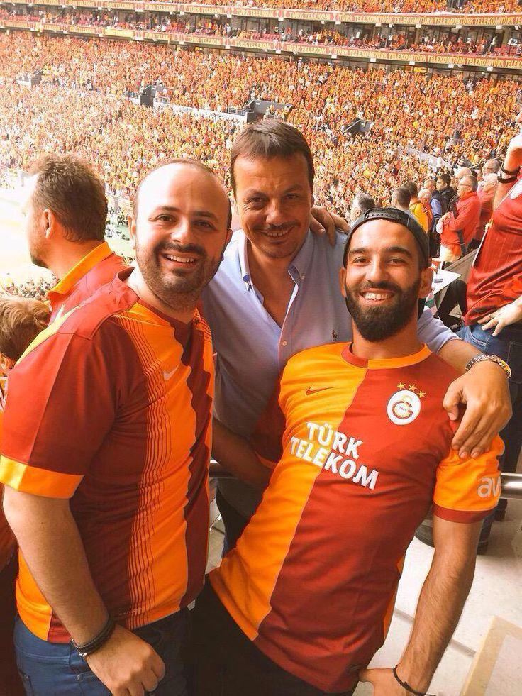 Ergin Ataman ve Arda Turan'da TT Arena'da BJK derbisini izledi.