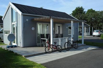 Råå Vallar Resort i Helsingborg ligger perfekt vid havet. Fullservicecamping med restaurang, minilivs och 50 meters pool samt barnpool.  Uthyrning av enkla campingstugor, villavagnar eller arkitetkritat hus.