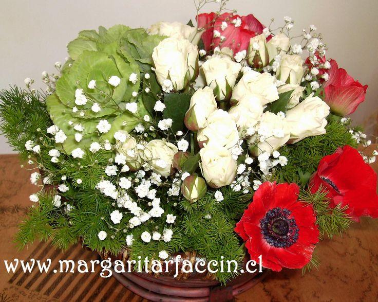 Mini Rosas Blancas con anemonas Rojas y repollitos verdes