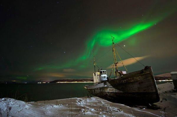 Северное сияние над кораблем в Норвегии