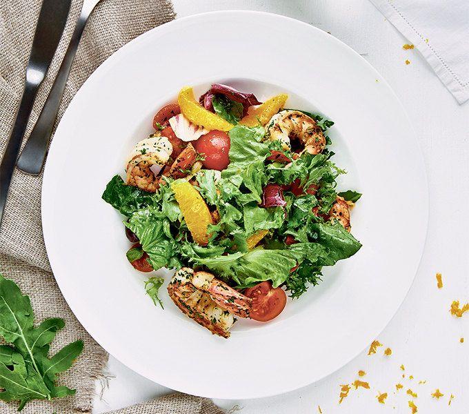 Простой салат скреветками (правда можно взять и любые другие морепродукты)– быстрый и легкий ужин. А еще в листовой зелени масса антиоксидантов, которые помогут организму восстановиться во время сна.
