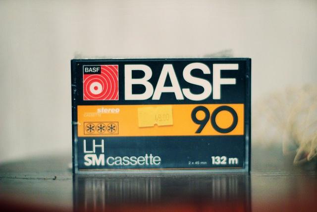 Het cassettebandje.......  Heel wat muziek vanaf de radio opgenomen met de radio/cassettespeler. Je had ook nog de cassettebandjes van TDK.....
