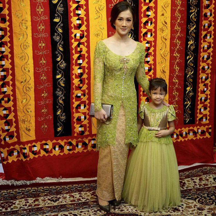 "4,195 Likes, 22 Comments - Vera Anggraini (@verakebaya) on Instagram: ""ika... alana...🍀🍀🍀. #sister #partydress #lace #kebaya #songket..."""