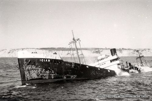 El carguero Iciar, naufragado en la escollera del rompeolas de Santurtzi el 29 de octubre de 1963 (Cedida por Ignacio Azaola) (ref. 04094)
