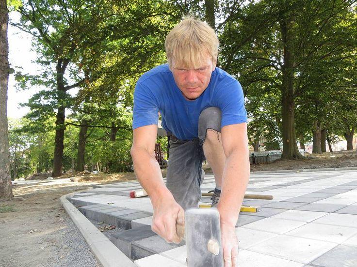 Řemeslník Antonín Stehlík v parném dni pokládal dlažbu v jednom z budoucích chodníků parku.