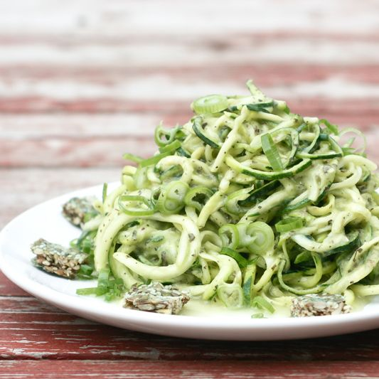 Spaghetti de courgette avec sauce à l'avocat et au basilic