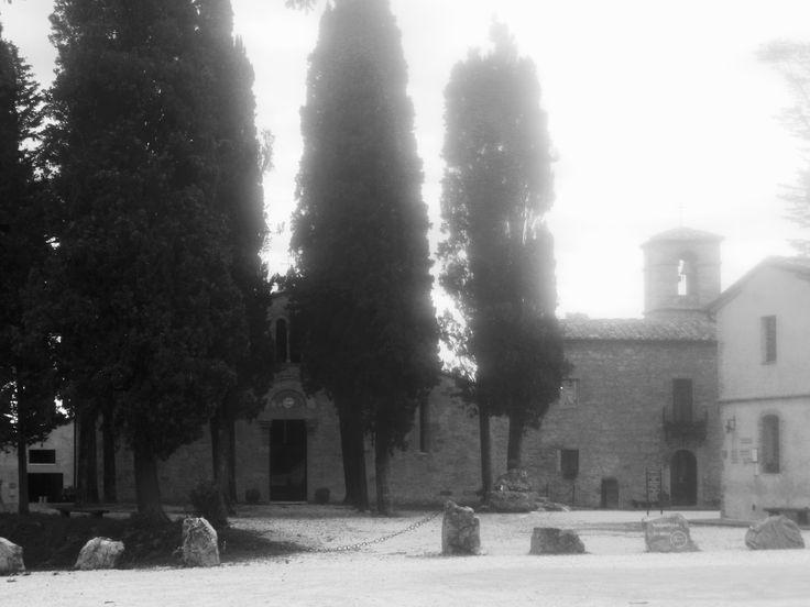 Uno dei luoghi incantati che scopri solo sulla Francigena: la Pieve di Cellole e l'annesso monastero di Bose, poco fuori San Gimignano