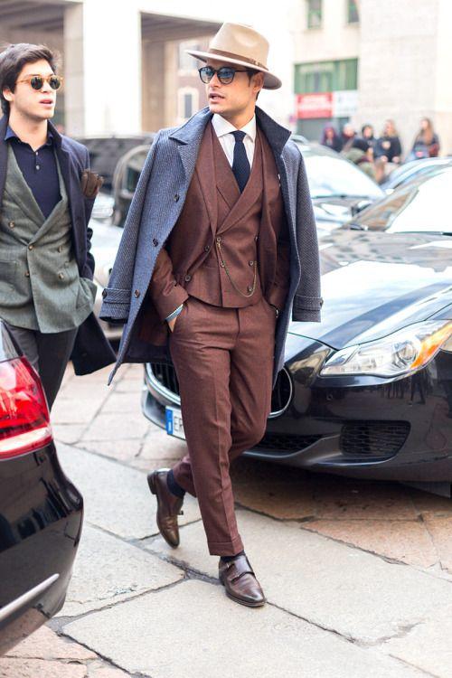 ミラノファッションウィークに登場したブラウン系スーツに身を包んだ男性がおしゃれ。20代男性におすすめしたいスーツベスト。