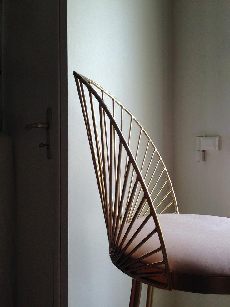 Happé est née de la volonté d'Anouchka Potdevin, métalier et designer reconnue pour ses fauteuils Cage, d'éditer certains de ses modèles en série.