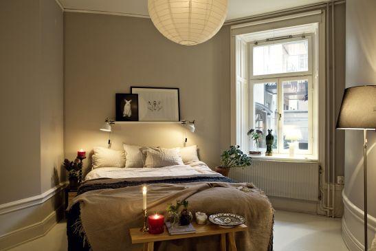Sovrum säng konst lampa fönster