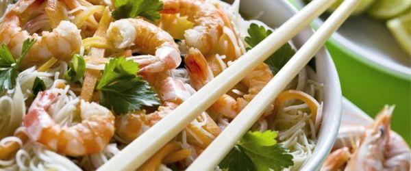 Noodles con gamberi e julienne di verdure
