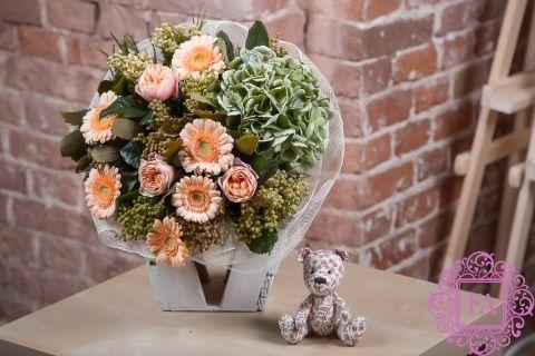 Букет Жаде из живых цветов заказать с доставкой в Москве, букет из гербер, зеленой гортензии, мини букет