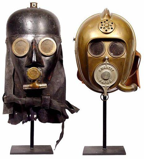 """Ces deux casques étaient utilisés par des pompiers autour des années 1800 et ressemblent assez étrangement à certains personnages des films Star Wars.  Le casque de gauche est marqué « Respirations Apparat"""" et était fabriqué par """"G.B.Konic Altona » en Allemagne, celui de droite à Paris par un certain J. Mandet."""
