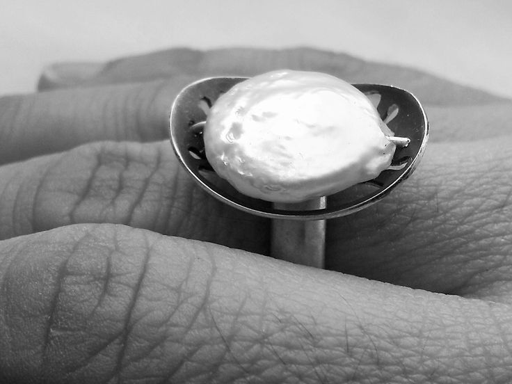 Ostra: A ring that was born from de idea of a living oyster revealing its secrets. This and other projects in http://www.imbu.pt/cidade/