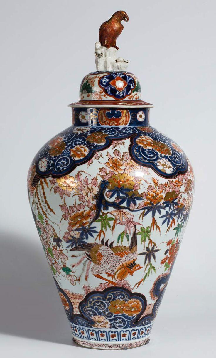 Periodo Edo, h. 1700. Gran tibor abalaustrado en porcelana japonesa Imari.