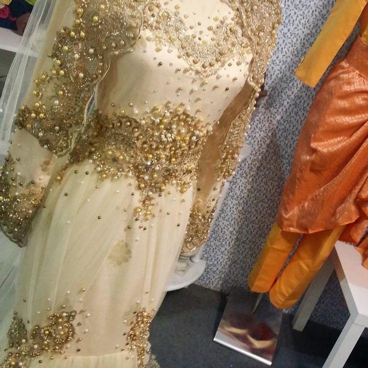 Busana songket bunga tabur warna cream oleh Issyaz Wedding Enterprise butik pengantin baju pengantin baju kahwin songket warna cream putih cantik terkini trend 2015