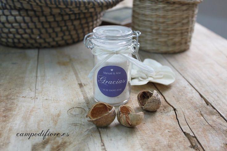 Bote con sales del Mar Muerto como detalle de boda. Un envase bonito del tamaño perfecto para tus regalos. #bodas #wedding #favor #regalos #invitados #detalles #sales #marmuerto #deadsea #photo #foto #cosmetica #belleza #cosmetics #ideas