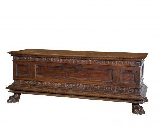 Cassapanca in legno di noce Toscana Sec XVII