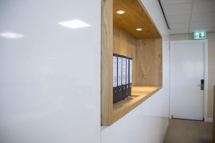 Kantoorkast uitgevoerd in hoogglans wit, voorzien van een eiken nis.