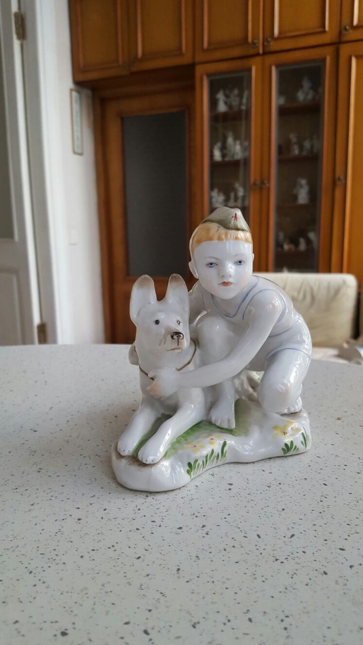 """Фарфоровая статуэтка """"Юный пограничник"""". Высота 13 см. Автор Г.С. Столбова. ЛФЗ, 1960-е гг."""