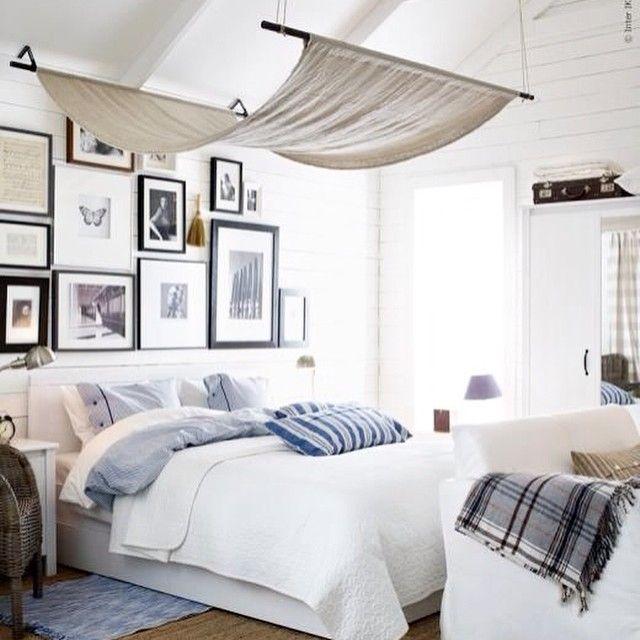 Wohninspiration für dein Zuhause - Jeder Raum ein Hingucker: Moderne Wohninspiration für dein Schlafzimmer in Blau Weiß mit Fotowand.