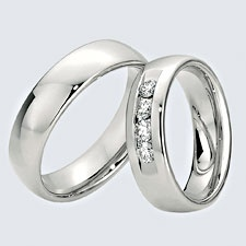 Verighete din aur alb cu briliante si interiorul rotunjit pentru confort la purtare. Pot fi realizate din aur alb, aur galben sau aur roz. La cerere sunt posibile şi alte modificări.