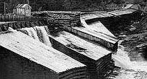 Barrage East Angus de l'entreprise Brompton Pulp and Paper (1950)   //  Barrage fait d'un assemblage de pièces de bois, sous forme d'encoffrements remplis de pierres.