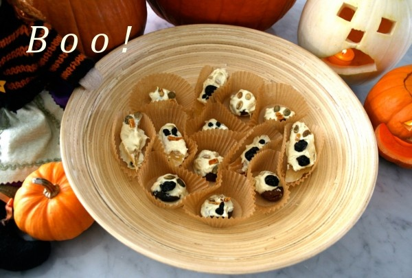 Yummy (and almost healthy) Ghostly Halloween Candy + Some Great Halloween Links!: Halloween Birthday, Fruit Ghosts, Fun Treat, Halloween Fun, Halloween Candy, Ghostly Halloween, Halloween Ghosts, Halloween Food, Halloween Treats