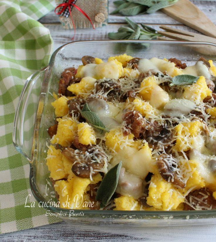 Pasticcio di polenta al forno con funghi e salsiccia e formaggi ricetta primo piatto di polenta ricco e gustoso, senza sugo, viene ripassato tutto in forno