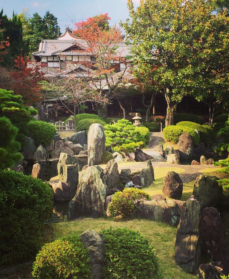広島市の半べえ庭園、重森三玲の作「聚花山の庭」。石の美しさが際立つ豪華絢爛なお庭。滝も橋も敷石も何もかもデザインが凝っていて溜息ばかり。そして庭には私1人。紅葉も美しい贅沢な景色でした。半べえ温泉の喫茶から見えるお庭は林和則氏の作品。優しいお姉さんがカーテンを全部開けてくれました! Beautiful Japanese garden of Hanbe Garden in Hiroshima, designed by Mirei Shigemori. #japanesegarden #mireishigemori #rock #重森三玲 #日本庭園 #半べえ庭園 #お姉さんが優しくて心あたたまる #紅葉