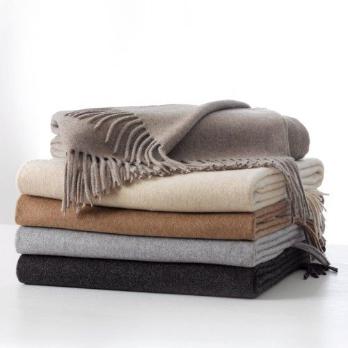 N.BISANZIO. Plaid in cashmere e lana Merinos, facilmente abbinabile alle diverse forme di arredamento.  Throw made from Cashmere and Merino Wools that readily accompanies different furnishing designs.