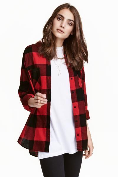 CONSCIOUS. Camisa em flanela aos quadrados de algodão orgânico. Com dois bolsos no peito e base arredondada e ligeiramente mais comprida atrás.