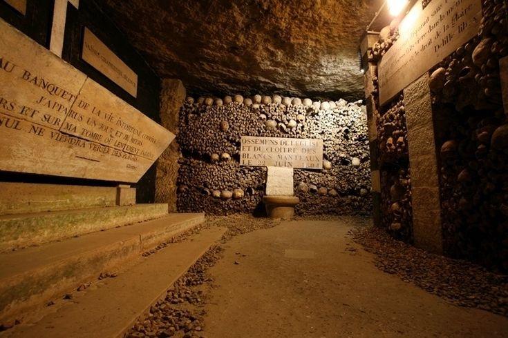 Conheça dez lugares assombrados pelo mundo. Catacumbas de Paris - França: O cenário em si já assusta. Milhares de ossos e crânios se espalham por entre corredores subterrâneos.