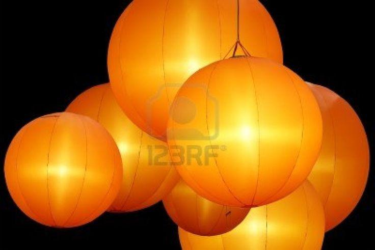 warm gekleurde ballon lampen die op zwarte achtergrond Stockfoto - 11318992