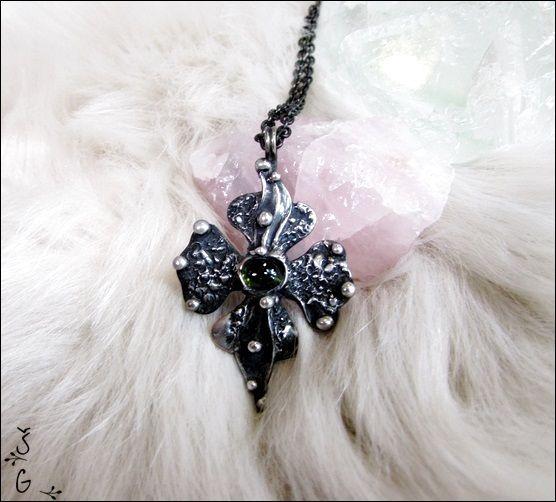 Křížek+s+turmalinem+Křížek+s+turmalinemje+vyrobený+z+cínu+(+cín+neobsahuje+olovo),+drátku,+zeleného+trumalinu+(Verdelit).+Náhrdelník+je+patinovaný+a+následně+očištěný+specielním+antioxidačním+olejem.+Velikost+šperku+je+5x3,5cm.+Šperk+je+zavěšen+nařetízek+s+bižuterním+zapínáním.+Dle+přání+mohu+řetízek+vyměnit+zakůži+či+obruč.+Náhrdelník+je+zabalen...