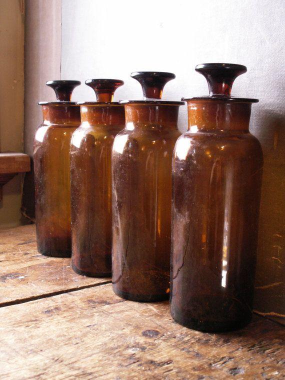 Cuatro botellas de boticario ámbar antiguo con por CopperAndTin