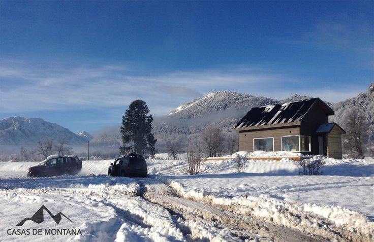 En la localidad de Malalcahuello, villa de montaña de la región de la Araucanía, a tan solo 12 minutos del centro de ski Corralco se emplaza La casa Carrasco, vivienda familiar de montaña construida entre febrero y mayo de este año.
