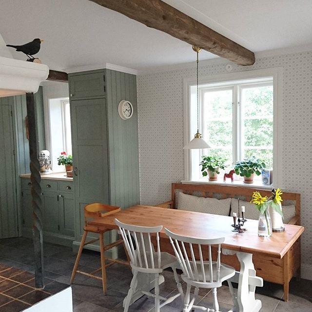 Som jag älskar detta kök:) #husetlugnvik #egenritatkök #kök #lösvirkeshus #matplats #pinnstolar #pärlspont #skomakarlampa