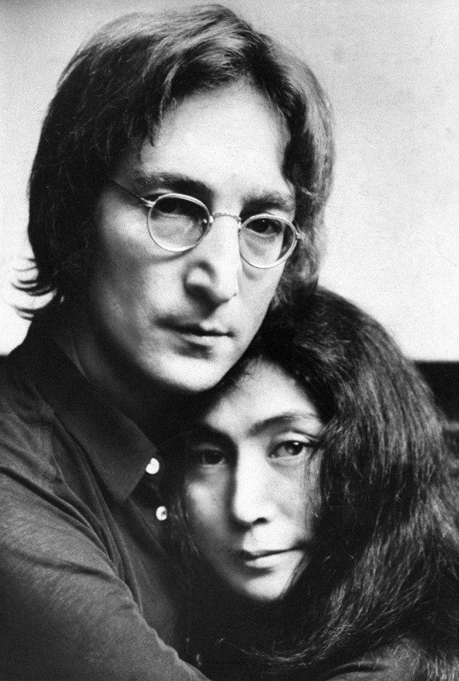просто джон леннон фото с женой узор красно-золотых тонах