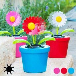 Algo divertido, la flor decorativa solar con movimiento! La maceta dispone de un pequeño panel solar. Al recibir la luz del sol, la flor y las hojas se mueven solas.